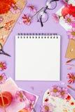 Flatlay com fontes da arte, paleta do artista com margaridas violetas, vidros, flores e bloco de desenho Foto de Stock Royalty Free