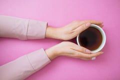 Flatlay con las manos de la taza y de la mujer de café foto de archivo
