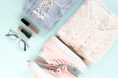 Flatlay de la ropa de las mujeres, cosméticos, accesorios fotos de archivo