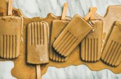 Flatlay de picolés de derretimento do latte do café no fundo cinzento Imagens de Stock Royalty Free