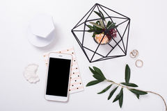flatlay de table féminin avec la maquette de smartphone Photographie stock