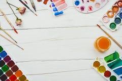 Flatlay de várias fontes dos artigos de papelaria e da arte no fundo de madeira branco imagem de stock