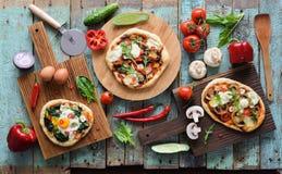 Flatlay del partido de la pizza Pizzas hechas en casa y verduras crudas en el ab imágenes de archivo libres de regalías