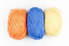 Flatlay des écheveaux de tricotage en pastel multicolores des aiguilles de fil et de tricotage sur le fond blanc image stock