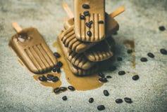 Flatlay des glaces à l'eau de fonte de latte de café avec des haricots images libres de droits
