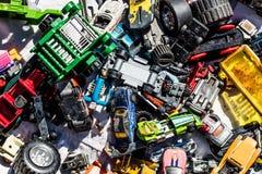 Flatlay do carro brinca na venda de garagem para o sobre-consumo Foto de Stock