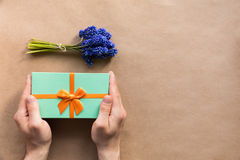 Flatlay-Feiertage prägen das giftbox, das in den Mannhänden vorhanden ist Stockfotos