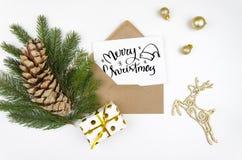 Flatlay Hintergrund der Weihnachtskarte mit Kegeln, Weihnachtstannenbaum, Spielzeugrotwild Weihnachtsdekoransicht von oben Stockfotografie