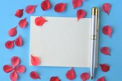 Flatlay kobiecy materiały, notatnika, pióra i lawendy floks, kwitnie z kopii przestrzenią Zdjęcia Royalty Free