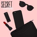 Flatlay kosmetisk påse för hemlig väsentlighet, telefon, läppstift, solglasögon Modern handväskadesign Fastställd tillbehör för s royaltyfri illustrationer