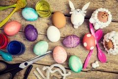 Flatlay, las ideas del arte y los materiales para la pascua sazonan, los huevos, Imagen de archivo