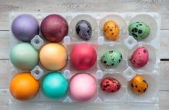 Flatlay mångfärgade påskägg i äggen för packecolorfullvaktel fotografering för bildbyråer