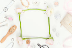 Flatlay mínimo macio com ranunculos cor-de-rosa Imagem de Stock