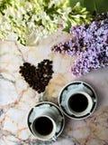 Flatlay med lilan två koppar och kaffebönor Royaltyfri Fotografi