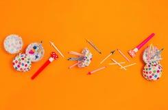 Flatlay med tillbehör för olikt parti: horn, stearinljus, muffineyeliner etc. Arkivfoto