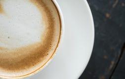 Flatlay mjölkar halv hjärtaShape fradga Lattekonst i kopp för vitt kaffe 4 fotografering för bildbyråer