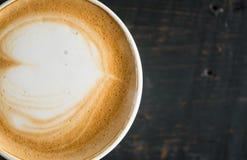 Flatlay mjölkar halv hjärtaShape fradga Lattekonst i kopp för vitt kaffe arkivbild