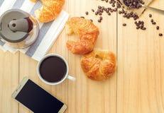 Flatlay nad widok filiżanka gorąca kawa z Mądrze telefonem i C Obrazy Stock