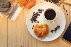 Flatlay nad widok filiżanka gorąca kawa z Mądrze telefonem i C Obrazy Royalty Free