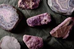 Flatlay olik sten Vaggar naturliga kristaller för agat på tyg arkivbilder