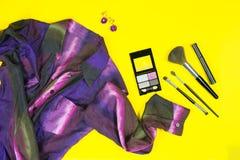 Flatlay ultravioletta modeobjekt för moderiktig kombination Arkivfoto
