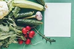 Flatlay van diverse groenten op een groene achtergrond stock afbeeldingen