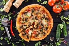 Flatlay van gezonde vegetarische paddestoelenpizza, verse tomaten, cucum Royalty-vrije Stock Foto