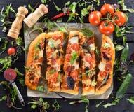 Flatlay van grote heerlijke die paddestoelenpizza met salami, met Fr wordt gediend Stock Fotografie