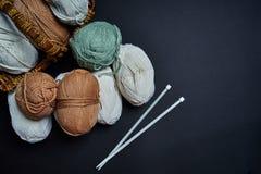 Flatlay van multicolored pastelkleur breiend garen en breinaalden in de mand stock foto's