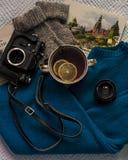 Flatlay van thee met citroenen, oldschoolcamera, sweater en boeken stock afbeelding
