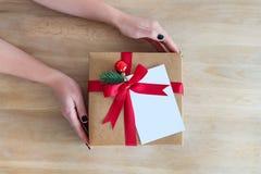 Flatlay wakacji giftbox teraźniejszy w kobiet rękach na drewnianym tle dla wakacji, bożych narodzeń lub nowego roku zimy, Obrazy Stock