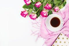 Flatlay z różą, filiżanką herbata i menchia szalikiem, biały tło Fotografia Royalty Free