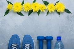 Flatlay Zusammensetzung des Sommers mit Sportausrüstung und -blumen stockfotografie