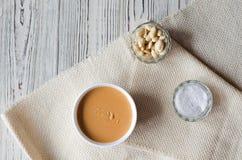 Flatley avec le beurre d'arachide, les arachides et le sel de mer images libres de droits
