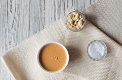 Flatley con mantequilla de cacahuete, los cacahuetes y la sal del mar imágenes de archivo libres de regalías