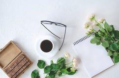 Flatley met een notitieboekje, een koffie, glazen, juwelendoos en bloemen stock foto