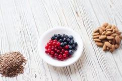 Flatley z zdrowotnym jedzeniem na drewnianym tle zdjęcia royalty free