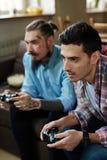 Flatmates jouant des jeux vidéo Images libres de droits