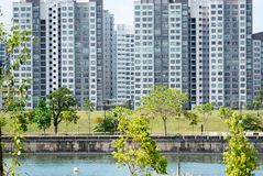 Flats in een park en rivier in Singapore royalty-vrije stock afbeeldingen