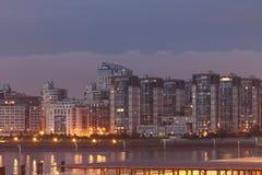 Flats in St. Petersburg in Rusland in de zomer op vakantie stock foto's