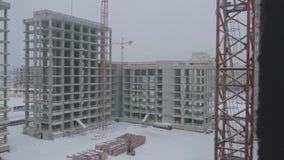 Flatsbouwwerf met kraan Kraan en bouwconstructie stock footage