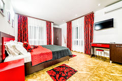Flatslaapkamer in een betaalbaar motel stock foto