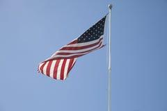 Flattern der amerikanischen Flagge im Wind Lizenzfreies Stockbild