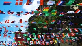 Flatternde Flaggen aller Zustände auf den Straßen der Stadt, die Einheit von Nationen stock footage