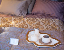 Flatware na łóżku zdjęcie royalty free