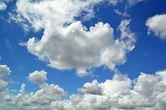 Flaumig, Federwolkewolken stockbild