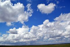 Flaumig, Federwolkewolken lizenzfreies stockfoto