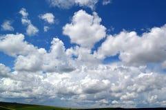 Flaumig, Federwolkewolken stockfoto