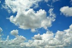 Flaumig, Federwolkewolken lizenzfreie stockbilder