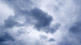 Flaumige graue Regenwolken im Himmel Stockbilder